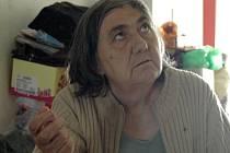 Část věcí z bytu vystěhovala Zdeňka Vršanská na chodbu. Tato situace dráždí ostatní obyvatele domu.