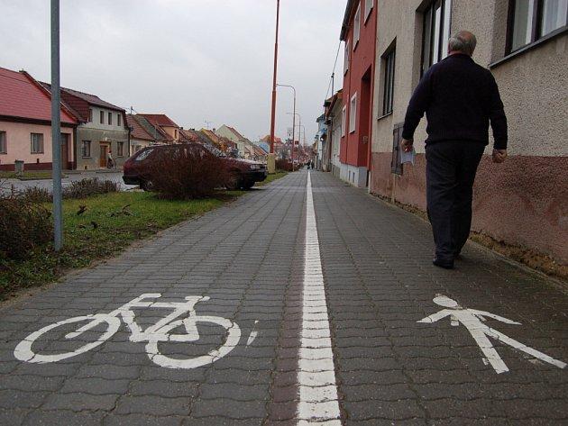 Takto by se měli lidé po chodnících pohybovat – každý po své straně.