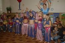 Den díkůvzdání oslavili děti s rodiči tancem, zpěvem, i ochutnávkou dobrot.