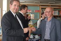 Starosta Uherského Hradiště Libor Karásek (vlevo) s ředitelem Knihovny BBB Radkem Jančářem slavnostně otevřeli novou pobočku v bývalých kasárnách.