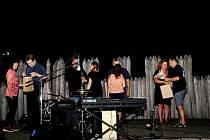 Nezapomenutelné zážitky si odnášejí návštěvníci skanzenu zromantického folkového večera Radima Zenkla, skupiny Europick a Lončáků.