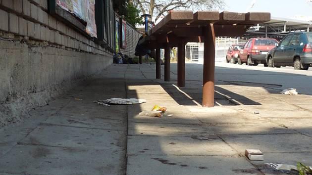 Osiřelé zastávky obsadili bezdomovci. Zůstává po nich nepořádek.