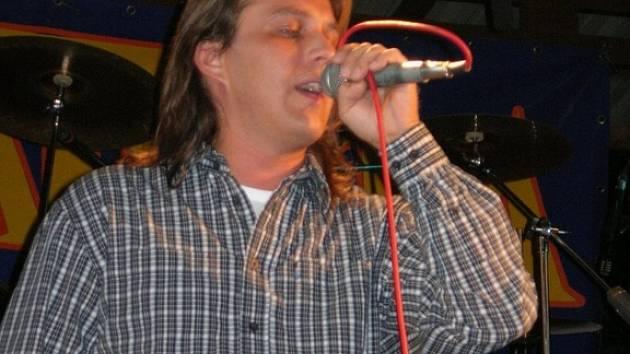 Skupina Ranvej se zpěvákem Radkem Vičánkem se znovu objeví na regionálních pódiích.