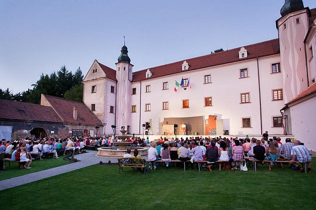 Premiérové divadelní představení na zámku vOřechově zhlédlo několik stovek diváků