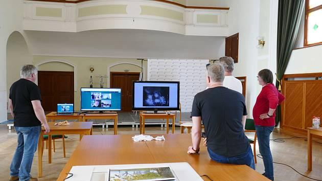 Čeští porotci TSTTT se sešli k hodnocení ve velkém sále Reduty v Uherském Hradišti, slovenská část poroty v čele s fotografem Peterem Áčem, posuzovala snímky ve stejný čas prostřednictvím on-line připojení ze svých pracovišť.