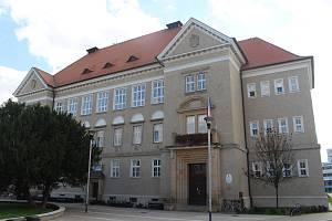 Konec dlouhodobých investic do budovy ZŠ UNESCO oslavili zástupci školy a města v átriu historické budovy. Opravy od roku 2012 spolykaly přes sto milionů korun.
