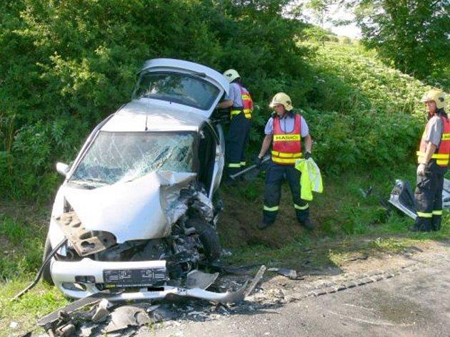 Na silnici se střetly vozy Škoda Octavia a Ford Escort.