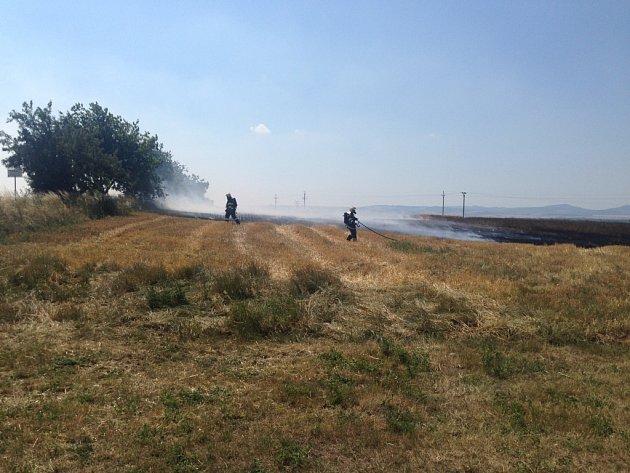 Hasiči hasí hořící pole u Kunovic