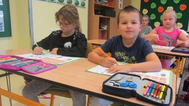 Prvňáci v ZŠ a ZUŠ Dolní Němčí. Jejich třídní učitelkou je Jana Staňová.