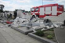 Osobní automobil při dopravní nehodě zdemoloval hřbitovní zeď ve Vlčnově.