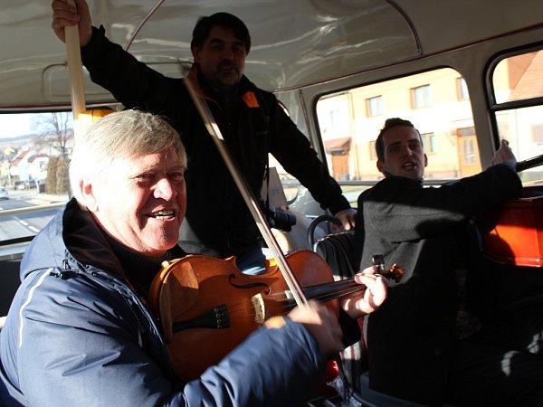 Fašankový autobus omasopustním víkendu znovu vyrazil do slováckých obcí. Posádku, která netradičně vyráží za tradicemi už čtvrtým rokem, tvořili regionální novináři, folkloristé, muzikanti, ale islovácký senátor Ivo Valenta.