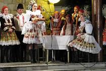 Scénická rekonstrukce lidové svatby z Hluku v provedení hluckých folklorních skupin a jejich hostů