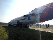 Naganský expres míří z kunovického letiště k aeroklubu.