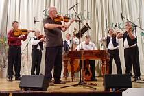 Osvětimanská cimbálová muzika při veřejné rozhlasové nahrávce.