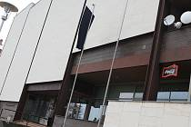 Na Domě kultury v Uherském Brodě vlaje černá vlajka.