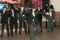 Obecenstvo pěkně rozparádilo plánované překvapení večera, taneční vystoupení starších členek Skautu pod názvem Slepičí úlet.