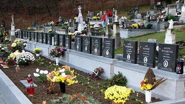 Památník padlých a společný hrob salašských hrdinů na místním hřbitově.