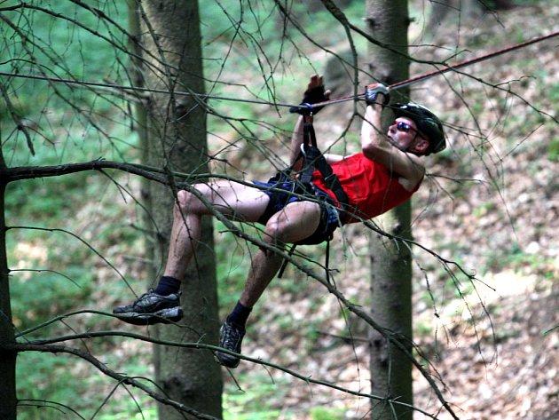 Jedním z úkolů bylo překonat hluboký příkop pomocí lezeckého traverzu.