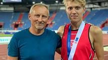 Talentovaný běžec Tomáš Habarta (vpravo) s trenérem Ivanem Resslerem.