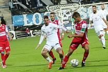 Fotbalisté Slovácka (v bílých dresech) proti Pardubicím