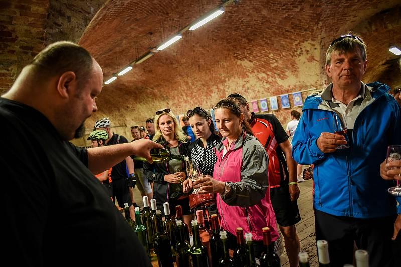 Na kole vinohrady startovalo 11. července tradičně na Masarykově náměstí v Uherském Hradišti. Chybět nemohla ani série zastávek ve vinných sklípcích po cestě.