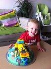 8. TOBIÁŠEK. Radost z narozeninového dortu od mámy