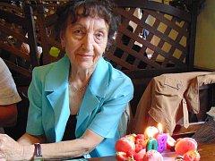 Osmdesátiletá Zdeňka Večeřová je velmi aktivní, na sluníčku je ráda, ale nepřehání to