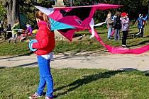 Za silného větru měly děti problém si s draky poradit.