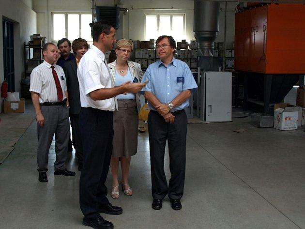 Libor Rouček (vpravo) navštívil také firmu vyrábějící kompenzační a rehabilitační pomůcky.