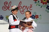 Folklorní den ve Slavkově zaznamenal rekordní účast stánkařů i vystupujících. Zavítal na něj také senátor Ivo Valenta, který celé akci poskytl záštitu.