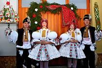 V ulicích i před Obecním úřadem v Jalubí zpívali a tancovali šohaji a děvčice v krojích.