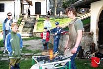 Kovář nemusí být vždycky chlap jeho hora. Dokladem toho je Roman Churý z Tupes, který před zraky diváků předváděl kovářské umění.