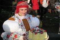 Andrea Špalková se v roli stárky letos představila už podruhé (s dortem, který se na večerní zábavě vydražil)