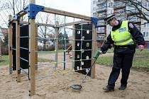 Použité injekční stříkačky hledají strážníci také na dětských hřištích. Ilustrační foto.