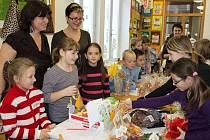 Velehradští školáci i kantoři prodávali na Dětském jarmarku své výrobky za symbolickou cenu. Část výtěžku z něj bude putovat do Indie.