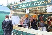 Letošní Svatováclavské pivní slavnosti se v Kroměříži vydařily i přes špatné počasí a nemoc jednoho z vystupujících. Někteří z návštěvníků vsadili na gumáky či pláštěnky a Kamila Střihavku odpoledne zastoupil Vilém Čok s Michalem Pavlíčkem.