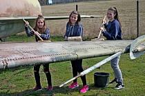 Hasiči i dobrovolníci pomáhali s očistnou kúrou letounů.