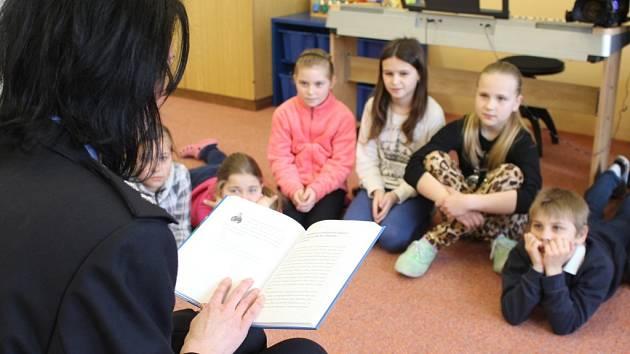 Žáci Základní školy Podolí se v rámci čtení policejních pohádek seznámili s příběhy policisty Honzíka.