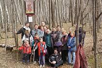 Tak došli účastníci pochodu k obrázku sv. Václava v roce 2002.
