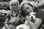 Květa Fialová s maminkou a psem Muškou.