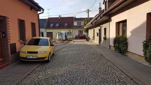 Původní základy, na nichž má být rodinný dům v Rybárnách číslo 10 znovu vystaven, komplikují automobilům vjezd do ulice.