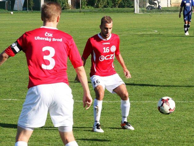 Fotbalisté Uherského Brodu (v červených dresech) podlehli v 10. kole MSFL vedoucí Líšni 0:4.