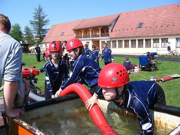 V nasazení si malí hasiči s dospěláky nezadají.