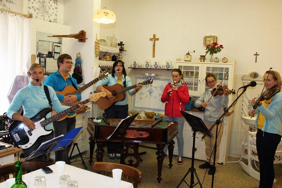 V MUZEU. Návštěvníci sobotní odpolední akce si v Huštěnovicích přišli po všech stránkách na své.