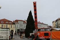 Vánoční strom v Uherském Hradišti by měl být do dvou dnů kompletně ozdoben.