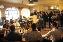 ýjimečná chvíle - místo televize hrají v hospodě v Boršicích u Blatnice živí muzikanti.