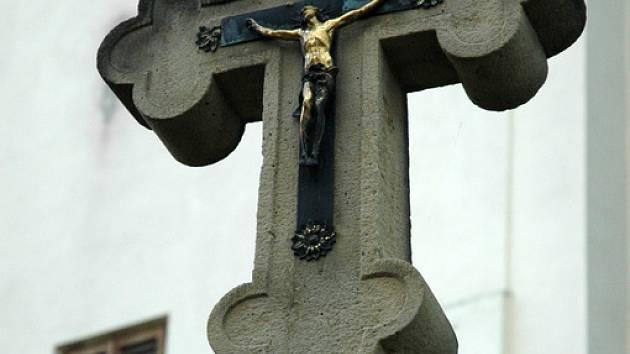 Pískovcový kříž u kostela svatého Martina v Buchlovicích.