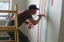 Mladí malíři se při soutěži činili.