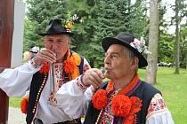 V Sirnatých lázních Ostrožská Nová Ves požehnal kněz pramenům, návštěvníci se pak mohli zaposlouchat do písniček dětí a pěveckých sborů.