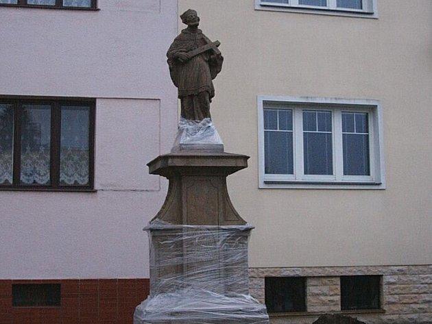 Socha Jana Nepomuckého dostala po náročné opravě vzhlednější podobu.